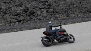 Diavel-1260-S-MY19-Ambience-02-Gallery-906x510